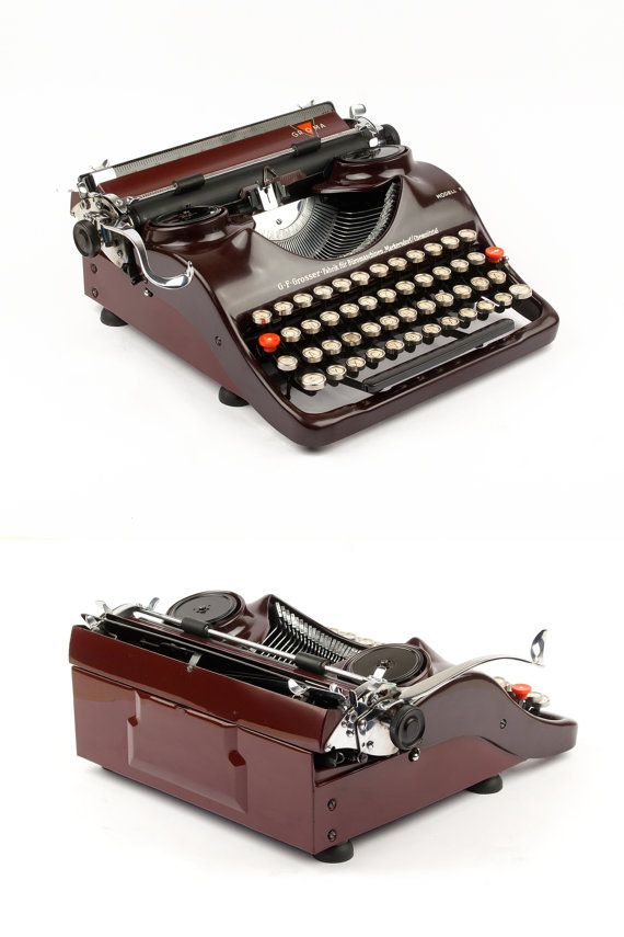 Die seltene, tragbare Groma Modell N produzierte VEB Groma Büromaschinen etwa 1938/39 in Deutschland. Die Produktion des Modell N begann 1938 mit der Seriennummer 200000, diese Burgund rot Schönheit ist eines der frühesten mit Seriennummer 205372 und die seltene Version mit eine obere Abdeckung aus Bakelit. Das Modell N war wie die berühmte Kolibri von Leopold Ferdinand Pascher entworfen.  Es ist eine herrliche Schreibmaschine, weil alles einfach perfekt ist. Die kurvige Körper ist sehr…