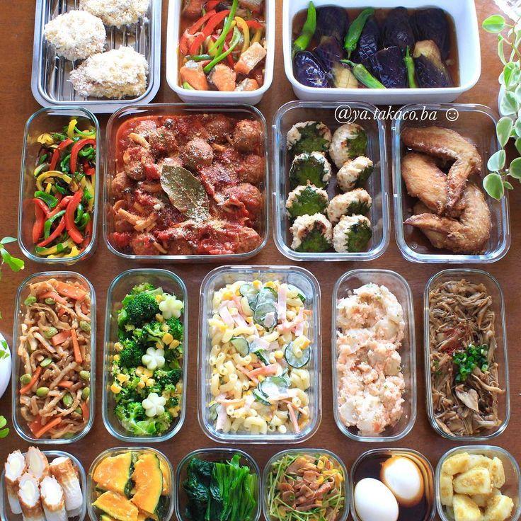 常備菜post🍽 今週の #家事貯金 ♪ ・ -*-*-*-*-*-*-*-*-*-* ・ 《上段左から》 ・ 1、蓮根と豚肉のミルフィーユカツ 2、鮭の南蛮漬け 3、茄子の揚げ浸し 4、パプリカとピーマンの塩昆布和え 5、ミートボールのトマト煮込み 6、大葉つくね 7、手羽先唐揚げ 8、切り干し大根の煮物 9、ブロッコリーとコーンのナムル 10、マカロニサラダ 11、タラモサラダ 12、ピリ辛なめ茸 13、チーズ竹輪 14、カボチャの味噌漬け 15、ほうれん草のお浸し 16、豆苗とコーンのバター醤油炒め 17、オイスター風味味玉 18、カレー粉ふき芋 ・ -*-*-*-*-*-*-*-*-*-* ・ 月曜に作った常備菜。(投稿までタイムラグあり🙏🏻) ・ 今週は赤ちゃんの機嫌が悪く、 ずっと抱っこで昼間まとまった時間が取れなかった為 夜中に集中して一気に調理しました。 (夜は家族の誰かがそばで寝てると数時間熟睡してくれる👶🏻💤) ・ 本当は、常備菜作りを諦めようかと思っていたんだけど・・ 「ママごはん作るのサボっていい?」 って息子になんとなく聞いてみたら…
