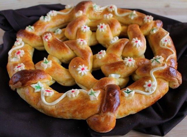 Un pane che somiglia a una brioche con una forma accattivante, che ricorda una ghirlanda primaverile. Questa è una versione senza glutine.