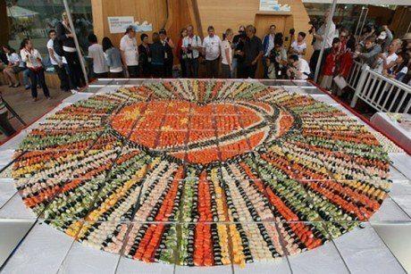 Самая большая в истории мозаика из суши была приготовлена, как ни странно, не в Японии, а в Китае. Причем сделали это норвежские кулинары.