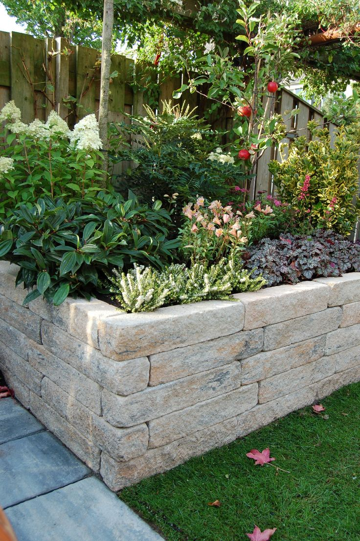 De rockline walling is een element met een gekloofde zichtzijde deze harde stenen worden aan - Een terras aan het plannen ...