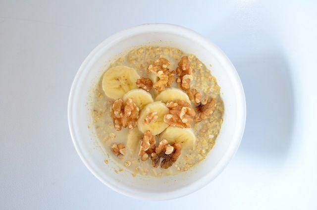 overnight oats met banaan, walnoot & honing. Ook lekker met amandelmelk, een geprakte banaan, lijnzaad, geraspte kokos, speculaaskruiden, paar gehalveerde amandelen en dadels
