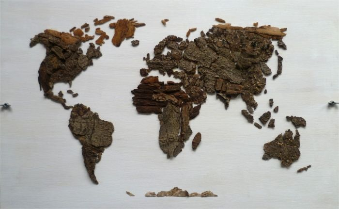 Boomschors wereldkaart; World map of tree bark on wood • Of the Tree