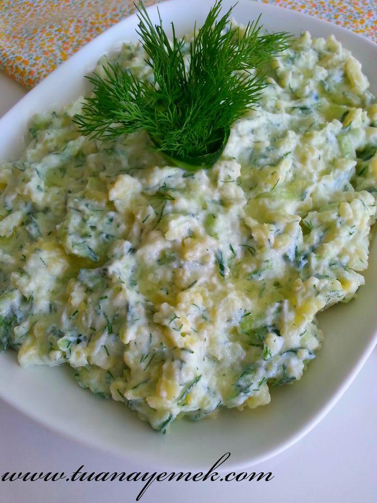 Malzemeler:  - 2 adet orta boy haşlanmış patates  - 2 adet salatalık  - 2 diş sarımsak  - 1 kase yoğurt  - 1 yemek...