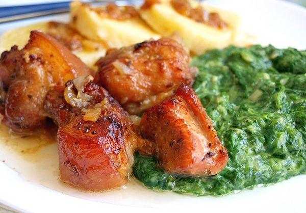 Recept na Výpečky a smetanový listový špenát. Další jarní recept - pozvolna pečená vepřová plec s česnekem a kmínem. A jako příloha listový špenát zjemněný smetanou.