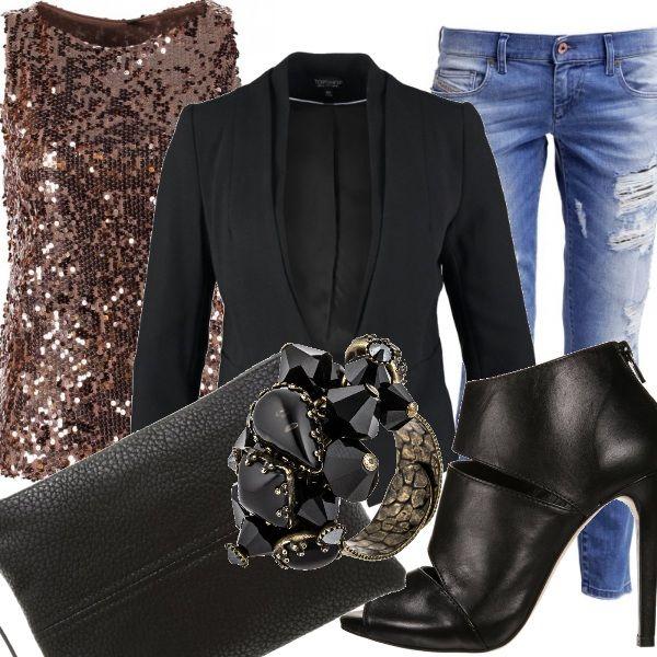 Un pantalone di denim è perfetto per una serata in disco... basta saperlo abbinare.  Perfetto l'abbinamento con il top di paillettes gold e il blazer nero, davvero molto elegante,  Completano il tutto degli accessori molto raffinati in total black .