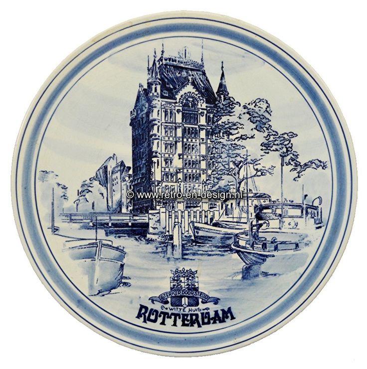"""Wandbord Rotterdam, Witte  Huis 'Sterker door strijd'. Delfts handbeschilderd  Handbeschilderd wandbord met afbeelding van het Witte Huis in Rotterdam. Uit serie wandborden """"Sterker door strijd"""".  Delfts handbeschilderd. Genummerd en gesigneerd.  Diameter: 26 cm. zie: http://www.retro-en-design.nl/a-43350489/aardewerk/wandbord-rotterdam-witte-huis-sterker-door-strijd-delfts-handbeschilderd/"""