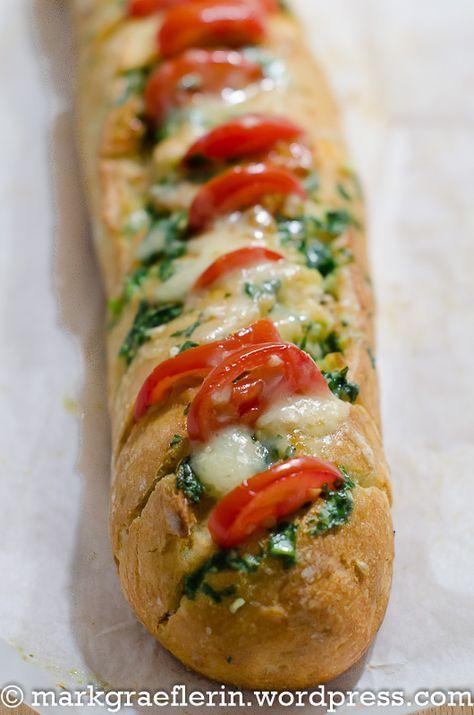 Schneller Feierabend-Snack: Bärlauchbutter Baguette mit Cocktailtomaten und Käse