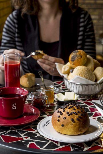 #Continental #breakfast: Bakery basket con diverse tipologie di pane, preparato ogni mattina con farine biologiche e lievitazione di oltre 24 ore. Soffici bottoncini all'olio con semi di papavero e sesamo,  pane alle olive e noci, filoncino di grano duro, piccoli panini con fiocchi d'avena e con crusca di grano. Una selezione di marmellate, miele, burro e cioccolata #Splendor per farcire i bottoncini di pane caldo. Da @Splendor Parthenopes Roma #Roma #Restaurant