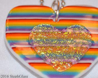 Steph vidrio arte en vidrio arco iris arte vidrio colgante corazón, dicroico fundido cristal collar de orgullo, Arte Original de StephGlass