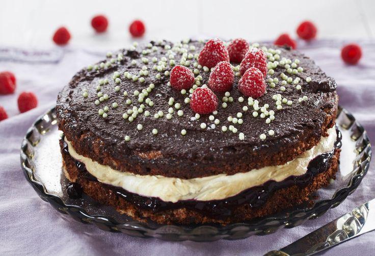 Sjokoladekake med lakriskrem. Liker du kombinasjonen av lakris og sjokolade? Da anbefaler vi deg å prøve denne oppskriften på sjokoladekake med lakriskrem. Den vil gi deg en smaksopplevelse utenom det vanlige. Hvis du ønsker enda mer lakrissmak, kan du lage en glasur med lakris som passer sammen med sjokoladen.