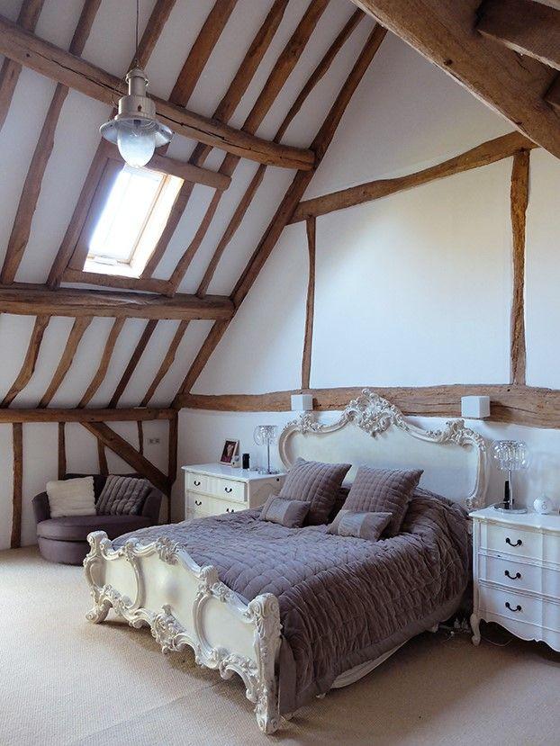 Binnenkijken bij fashion fotograaf Oliver Pearce. Een woning vol prachtige houten elementen, een slaapkamer met een frans bed en een combi van landelijk en modern wonen http://www.interieurinspiratie.nl/binnenkijken-bij-oliver-pearce/