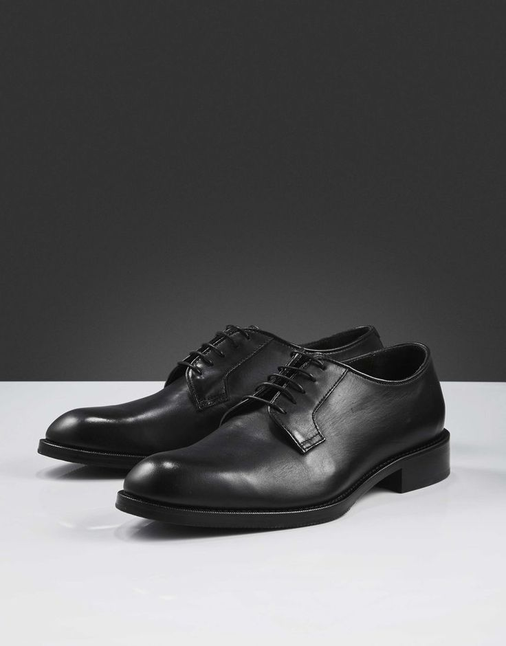 Agaton shoe-Men's classic derby-style shoe in smooth calf leather. Slim piping in leather around shoe opening, blake stitched construction and thin waxed round shoelaces. Full-leather interior. Leather outsole with half rubber.