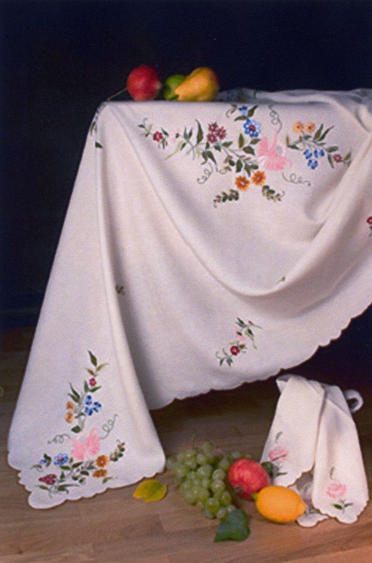 in lino, ricamata interamente a mano, con disegno floreale in scala ...