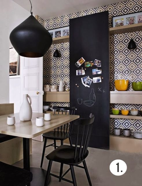 Mur de cuisine en carreaux de ciment et tableau noir. - Kitchen wall tile and cement blackboard.