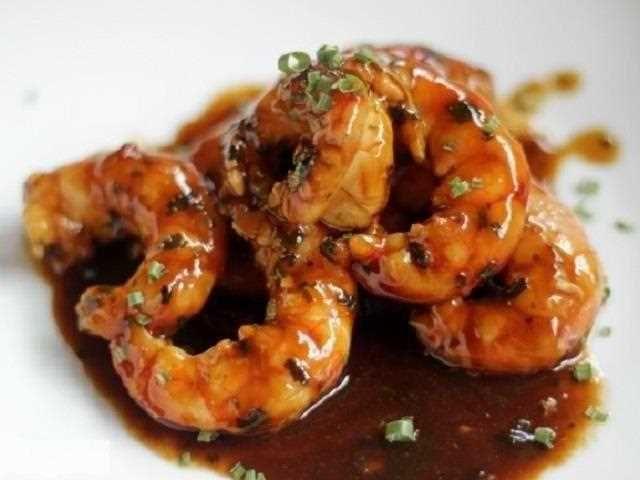 Gambones en salsa de ostras. Un plato impactante tanto por su aspecto como por su sabor.
