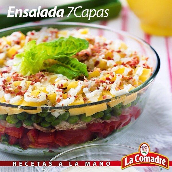 Con 5 rebanadas de #tocineta y algunos #vegetales, puedes resolver el almuerzo o la cena de tu familia #RecetasLaComadre #Ensalada #7Capas  Ingredientes:  2 Tazas de Lechuga picada. 2 Tazas de Tomates pelados y picados. 2 Tazas de Champiñones lavados, secos y rebanados. 2 Tazas de guisantes cocidos. 1 Taza de Queso amarillo en cubitos. 1 Taza de Cebolla picada finamente. 2 Tazas de mayonesa. 5 rebanadas de Tocineta tostadita y picadita. 1 Cda. de Adobo La Comadre. Preparación: En una…