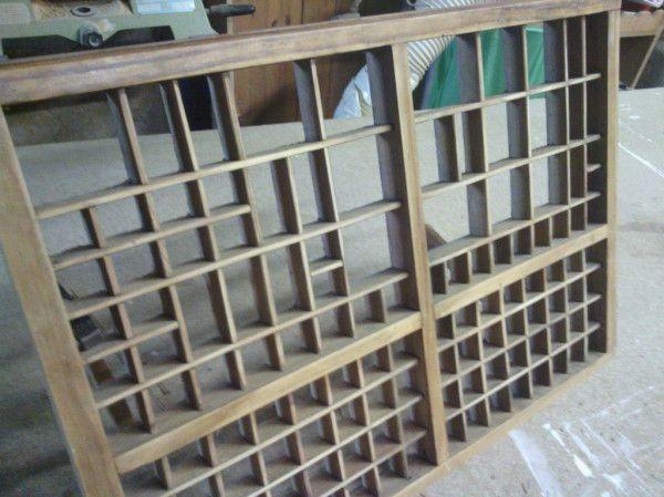 Caixa tipogràfica en restauració, donde se ve perfectamente la estructura interna y disposición de las cajas.