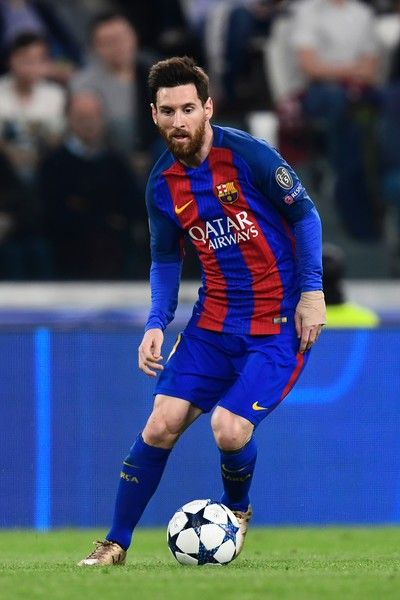 Barcelona's Argentinian forward Lionel Messi controls the ball during the UEFA Champions League quarter final first leg football match Juventus vs Barcelona, on April 11, 2017 at the Juventus stadium in Turin.  / AFP PHOTO / MIGUEL MEDINA