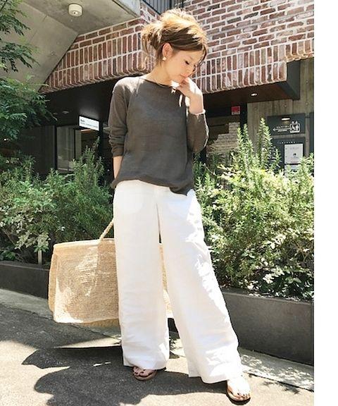 大人気のリネンワイドパンツは、新色のホワイトが! <br />涼しげなパンツには、透け感とルーズなニットがお友達。 <br />愛用中のFAYのシルバーアクセもアクセントに。
