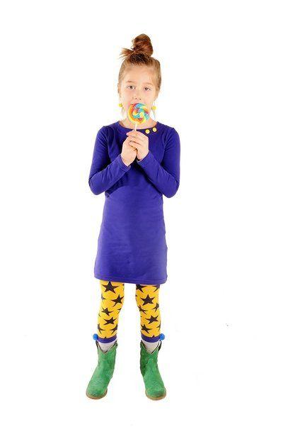 Mooie donker paars-blauwe kinderjurk met driekwart mouwen. Voorzien van twee drukkertjes bij de hals, zodat je de jurk zelf kan personaliseren en past bij elke gelegenheid. Elke keer weer opnieuw!