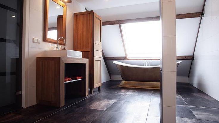 Bekijk de foto van Welke_Redactie met als titel Strakke badkamer met klassieke trekjes. Carolyn en Arjen uit Almere trokken een extra kamer bij hun badkamer. Zo ontstond er ruimte voor een mooie badkamer compleet met bad, luxe douche met jets in een strakke stijl met klassieke tinten. De antracietgrijze tegels (60x60 cm) met koperachtige gloed zijn van Tau Ceramic. De sfeervolle teakmeubels zijn van Royal Botania. en andere inspirerende plaatjes op Welke.nl.