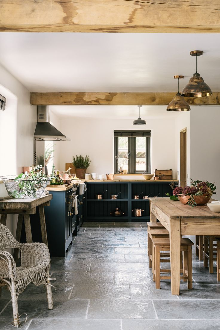 On adore les meubles bleus qui donne du style à cette cuisine rustique