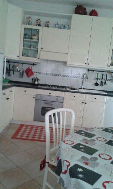 Come recuperare una vecchia cucina anni 70 :Buon gusto e un pizzico di rosso!