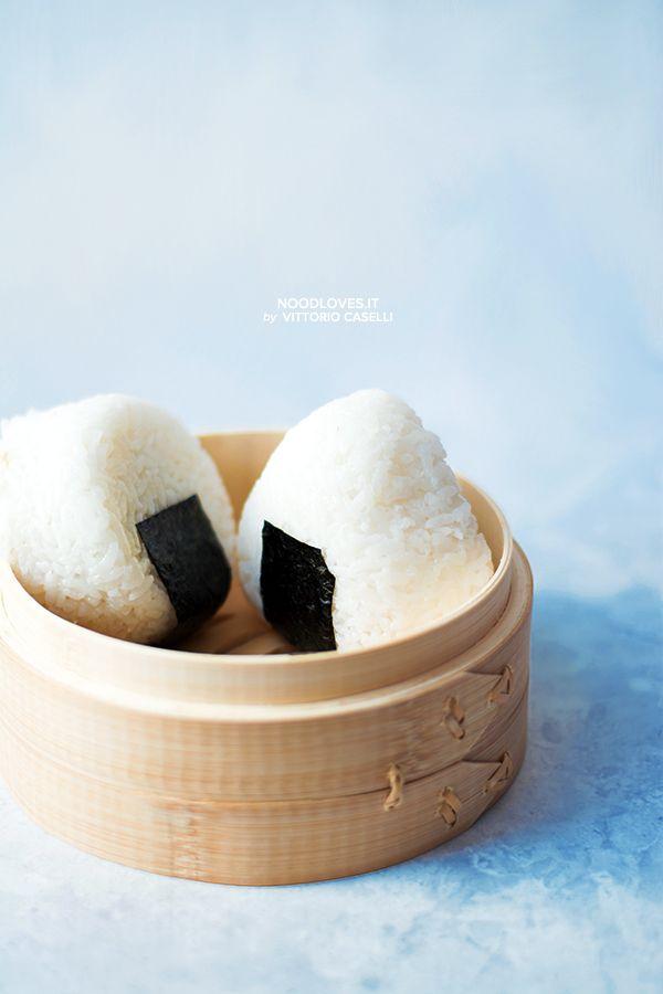 Spicy Tuna Onigiri... delicious!! The recipe and all the tips to make a perfect and simple sushi rice: http://noodloves.it/onigiri-tonno-piccante/    #Onigiri #Sushi #Riso #RicettaFacile #Tonno #Japan #ILoveSushi #Rice #Tutorial #FingerFood