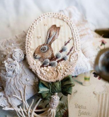 DIY Hand embroidered bunny brooch ( step-by-step tutorial ) // Gyönyörű hímzett nyuszi bross - hímzés lépésről lépésre // Mindy - craft tutorial collection // #crafts #DIY #craftTutorial #tutorial