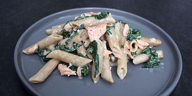 Skøn og cremet ret, hvor laks, spinat og pasta tilberedes i ovnen med en herlig flødesovs. Dét er både virkelig nemt og virkelig lækkert.