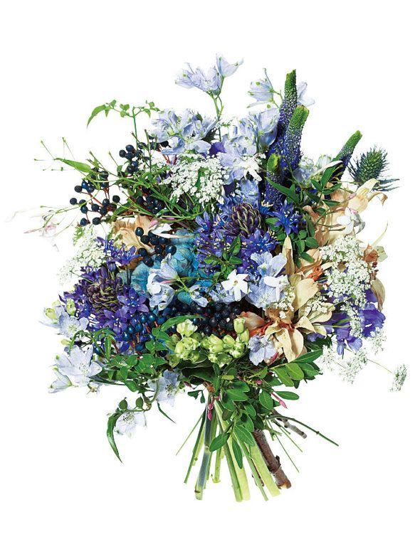 by Farver 寒色系の花々を中心に、実ものとグリーンをミックス。色のトーンもフォルムもあえて異なる花々を束ねたのがポイント。 ブーケ(花材:ベロニカ、レースフラワー、シラー)¥32,000 /ファーヴァ ■お問い合わせ先 ファーヴァ tel.03-6451-0056