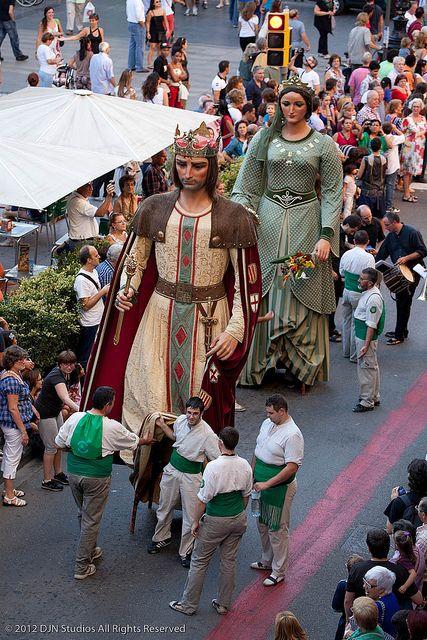 """""""La Merce"""" (un défilé de """"Géants"""") Tradition Catalane,  ici pour la célébration de la """"Fête du village"""",... La Fête de Barcelone"""