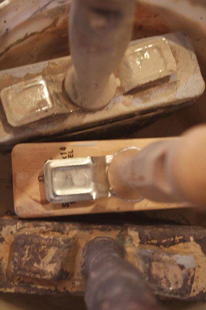 刷毛はイノシシから出来たライムウォッシュブラシを使用します。写真は私たちの手となる何年も毎日使っている刷毛。