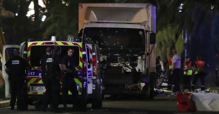 Policiais e paramédicos trabalham próximos ao caminhão que atropelou uma multidão durante celebração da Queda da Bastilha, em Nice, na França, matando dezenas de pessoas. Segundo o Ministério do Interior, o motorista foi morto a tiros, mas a imprensa diz que um suspeito estaria foragido