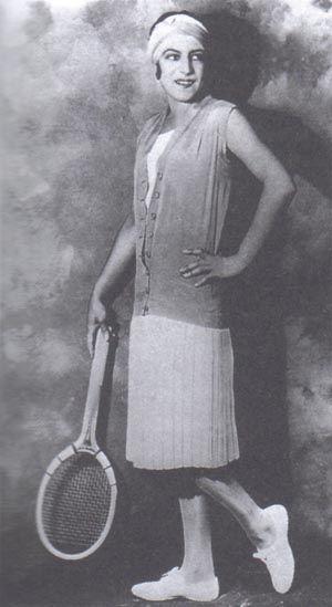 Jean Patou: Существованием плиссированной теннисной юбки мы обязаны Пату. Теннисистка Сюзанн Ленглен произвела невероятный эффект, появившись на Уимблдоне 1921 года в короткой белой юбочке и с белой лентой на волосах. С тех пор именно такая теннисная мода стала популярной.