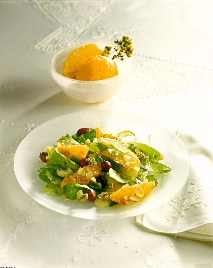 Cerchi una ricetta fresca e sfiziosa per l'antipasto di Natale? Prova la tradizionale insalata con le arance, è facile e veloce da preparare.