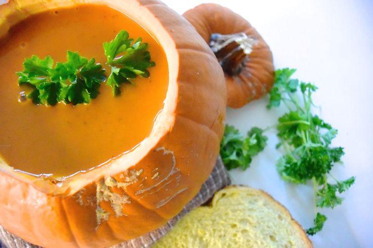 Zin om zelf heerlijke tomaten- en pompoensoep te maken? Met dit recept heb jij in een mum van tijd een heerlijk dampende kom soep op tafel staan. Smakelijk!