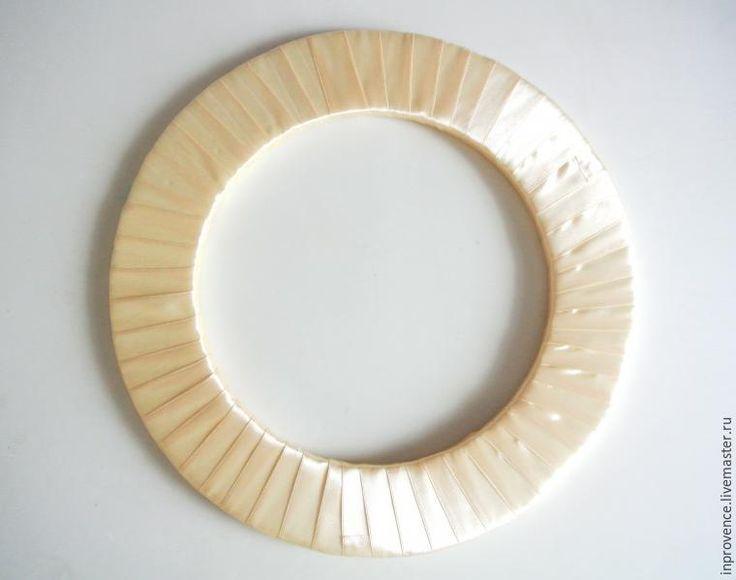 Сегодня, как и обещала, после мастер-класса по изготовлению осеннего веночка, мы сделаем с вами новогодний венок из шишек и орехов. Для начала нам понадобится кольцо или из пенопласта (как в моем случае), или из картона. Затем — обматываем кольцо репсовой или атласной лентой, возможно использование любого шнура, джута или даже молярного скотча. На горячий пистолет приклеиваем шишки и искусствен…