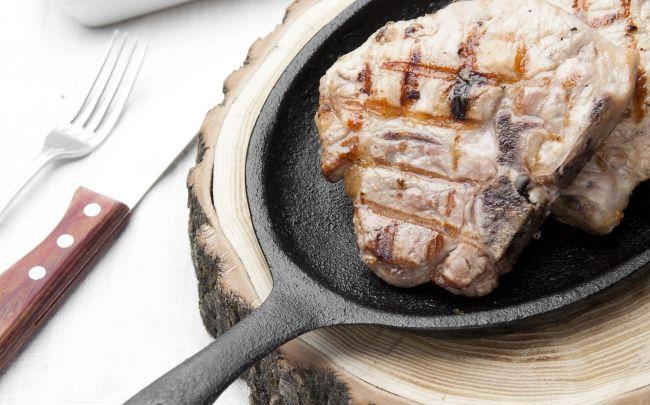 Chuletas de cerdo rellenas y gratín de espinacas