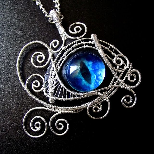 Wire-wrapping dragon´s eye - I don't think I'd ever wear something like this, but the design is cool. :D