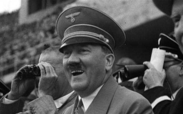 55. Hitler presencia los Juegos desde la tribuna olímpica.