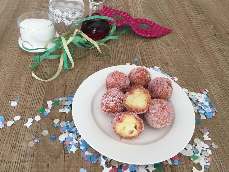 Le castagnole ripiene di crema pasticciera bagnate all'alchermes sono una vera bontà!Fraganti castagnole ripiene di morbida crema pasticciera.