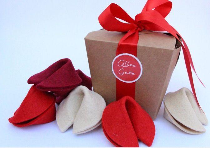Geldgeschenk zur Hochzeit kreativ verpacken: Takeout-Box mit Glückskeksen aus Filz