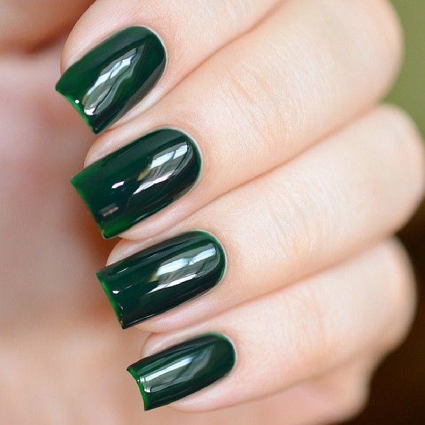 El detalle y la perfección son el lema de los #VIRGO. Para tus uñas, puedes hacer un ombré nail o pintarlas de un sólo color azul marino, verde oscuro o plata.
