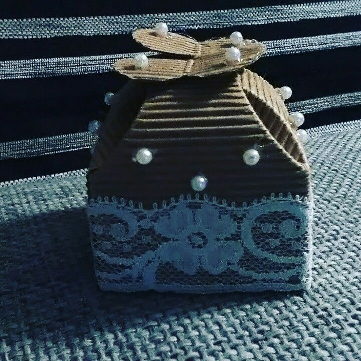 Scatolina decorata con pizzo e perline