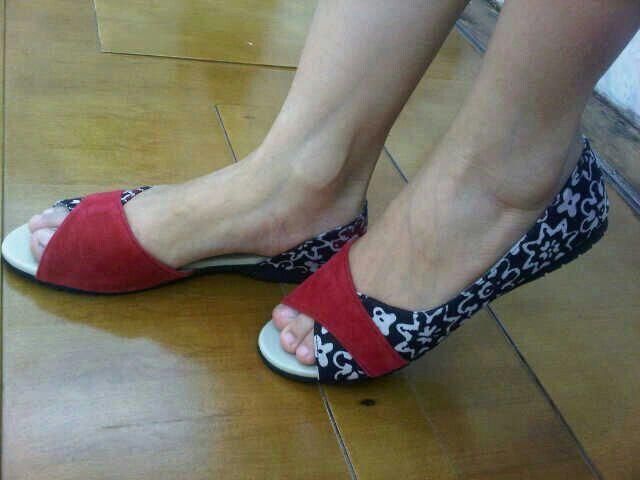 Betari Maroon Batik Garutan   #SepatuBatik #BatikShoes #FlatBatikIndonesia #BatikIndonesia #madeinindonesia #outfitoftheday #HandmadeShoes #TokoRayyasti #BatikKawung #BatikMadura #BatikJumputan #BatikGarutan #BatikParang