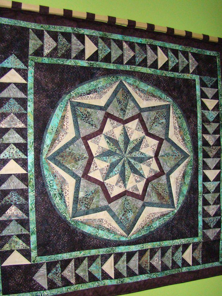 Mandala-závěsný+quilt+Mandala+je+ušita+z+dovozových+látek,+jsou+toručně+barvených+batiky+z+Bali.+Je+vyztužena+tenkým+vatelínem+a+prošita+ve+švech,+kzavěšení+jsou+přišity+poutka.+Zadní+strana+je+z+bílé+bavlny.+Rozměr:105+x+105cm+Materiál:+100%+bavlna+xxxxxxxxxxxxxxxxxxxxxxxxxxxxxxxxxxxxxxxxxxxxxxxxxxxxxxxx+V+podobném+stylu+a+v+jiné+barevné+kombinaci+jsem+ušila...