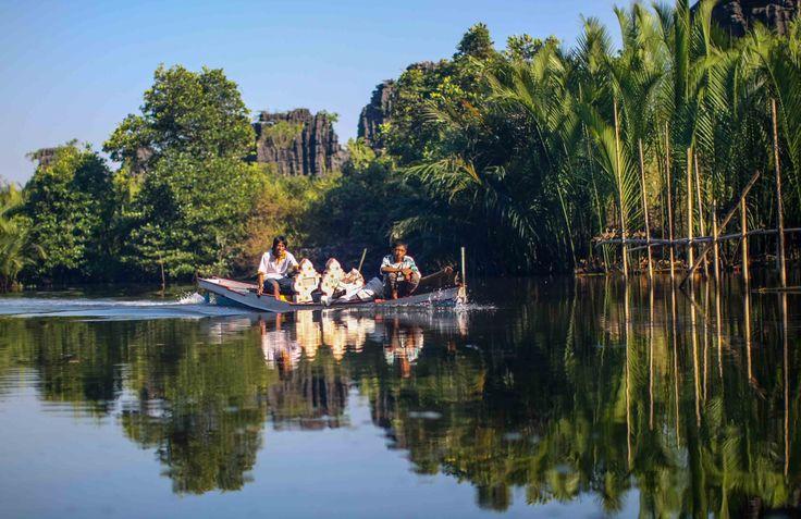 Penduduk Kampung Beru, Rammang-Rammang, Maros, Sulawesi Selatan, Indonesia