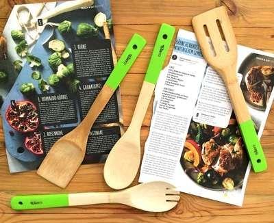 Plastikfrei aus Bambus-Holz! Die Küchenhelfer aus Holz gibt's im 6er Set ohne Plastik. Das Kochbesteck Set besteht aus Holzlöffel, Grillzange, Salatgabel, Lochkelle und Pfannenwender!